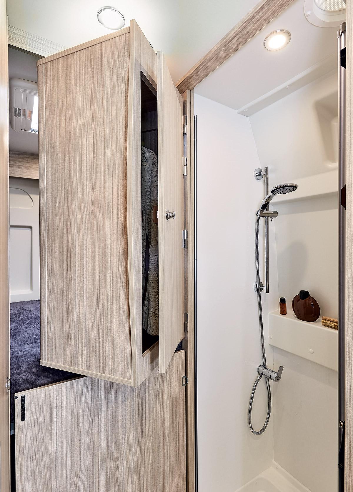 Van 20 places, penderie et salle de bain, fourgon aménagé modulable